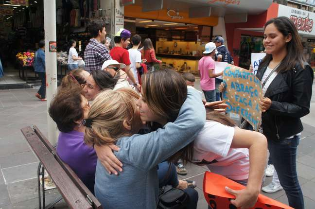 Grupo de adolescentes distribuiu abraços pelo centro de Santa Maria em homenagem às vítimas da Boate Kiss