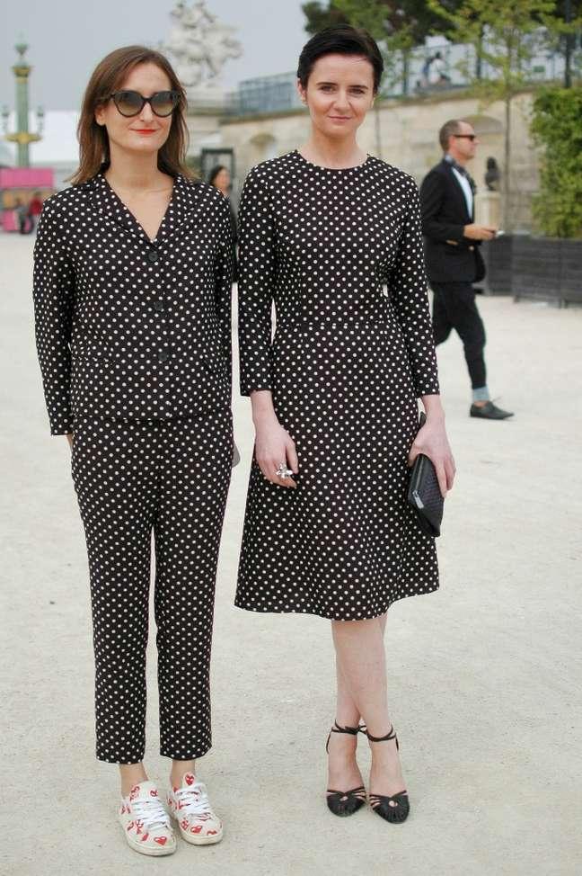 <p>Por afinidade, coincidência ou estratégia, muitas fashionistas circulam pela semana de moda com looks semelhantes</p>