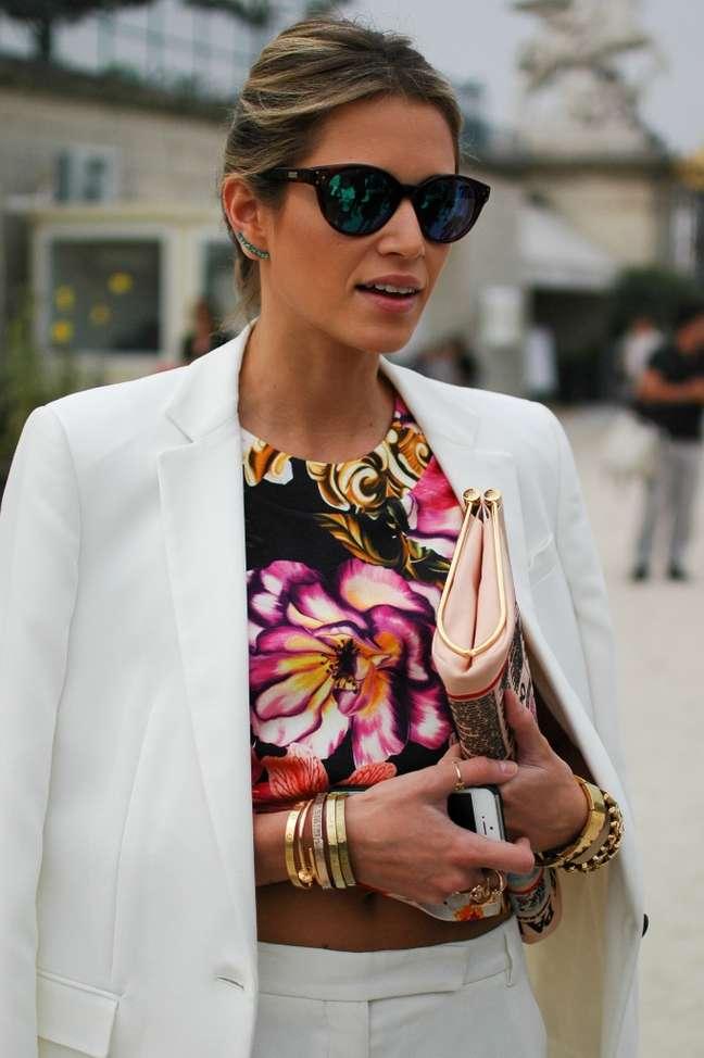 <p>A brasileira Helena Bordon apostou em óculos espelhados, combinação de pulseiras douradas e clutch</p>