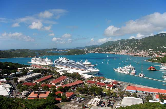 A capital de Saint Thomas, Charlotte Amalie, é um destino conhecido internacionalmente pelos amantes de joias. A grande maioria das lojas da cidade fica no entorno do porto, para atrair os passageiros dos cruzeiros que param o tempo todo na ilha