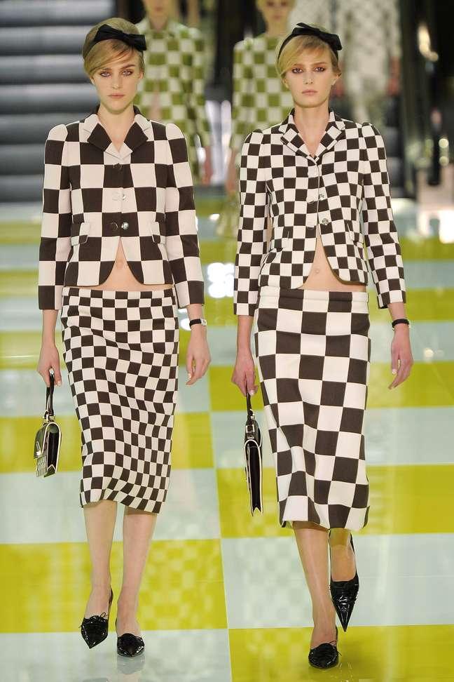 <p>O jogo gráfico quadriculado, do tabuleiro de damas, apresentado na coleção de verão 2013 faz referência aos primeiros desenhos das bolsas Louis Vuitton, o Damier: tendência gráfica continua em alta</p><p></p>