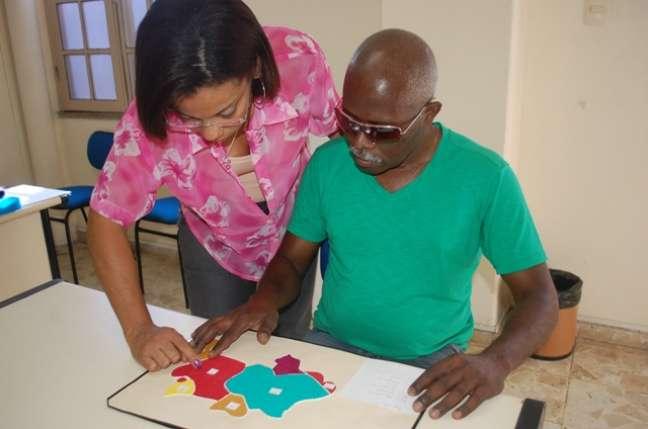 A professora Adriana da Paixão Santos, na foto ajudando na análise de um mapa especial, incentivou muito Jorge a não desistir de estudar