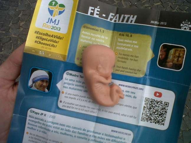 Manifestantes distribuíram bonecos representando fetos de 10 semanas e panfletos da JMJ