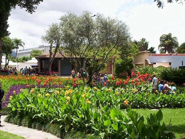 O Centro de Arte La Estancia funciona em uma antiga fazenda de café e  conta com três hectares de áreas verdes