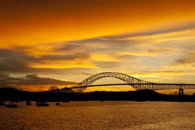 Além de ligar o norte e o sul do continente, a Ponte das Américas rende lindas imagens ao entardecer