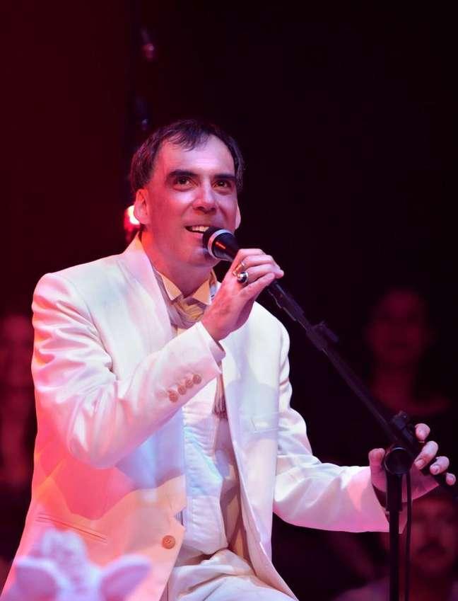 Arnaldo Antunes vai cantar seus hits e conversar com internautas