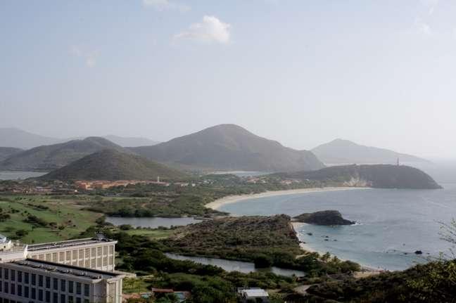 Com cerca de 50 belas praias e um comércio livre de impostos, a ilha fica a meia hora de voo da capital e atrai inúmeros visitantes