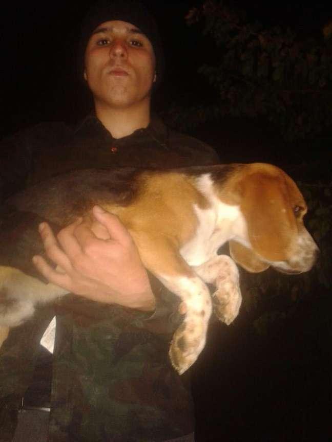 <p>Ativista carrega beagle nos braços após invasão de instituto de pesquisas</p>