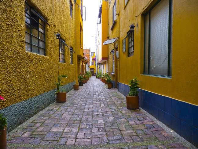 Ruas estreitas e cheias de cores cativam quem visita o bairro de Usaquén, ao norte de Bogotá