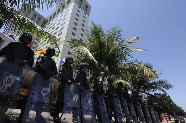 Homens do Batalhão de Guarda, tropa de elite do Exército, portam escudos, viseiras, uma espécie de armadura, além de armas não letais