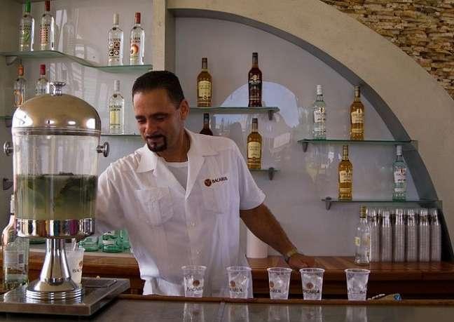 Aqueles que visitam a fábrica da Bacardi em Porto Rico conhecem um pouco mais da história desta bebida e podem degustar dois drinques gratuitamente