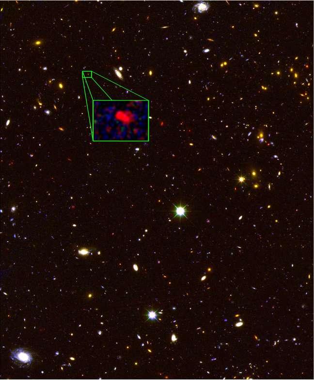 Imagem feita pelo telescópio Hubble mostra região no céu do norte. Praticamente todos os objetos vistos são galáxias e, no detalhe, aparece z8_GND_5296, confirmada como a galáxia mais distante conhecida