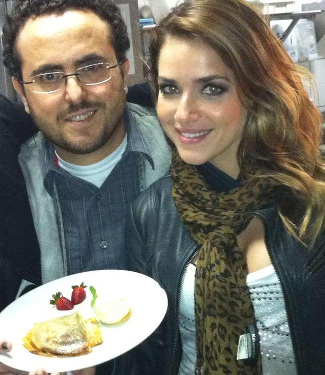 Ao lado do chef Isaac Azar, a atriz Monique Alfradique apresenta o Crepe da Monique, prato criado em sua homenagem no Paris 6