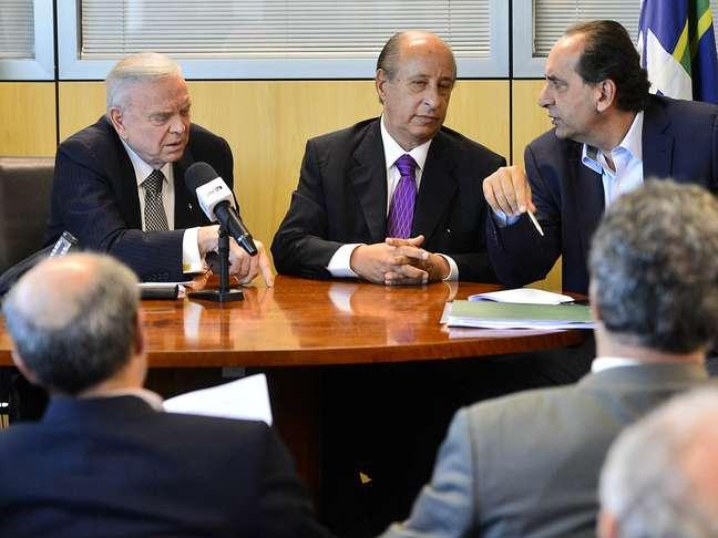 <p>Alexandre Kalil (à direita) integra comissão que elaborou proposta para quitar dívidas dos clubes com a União</p>