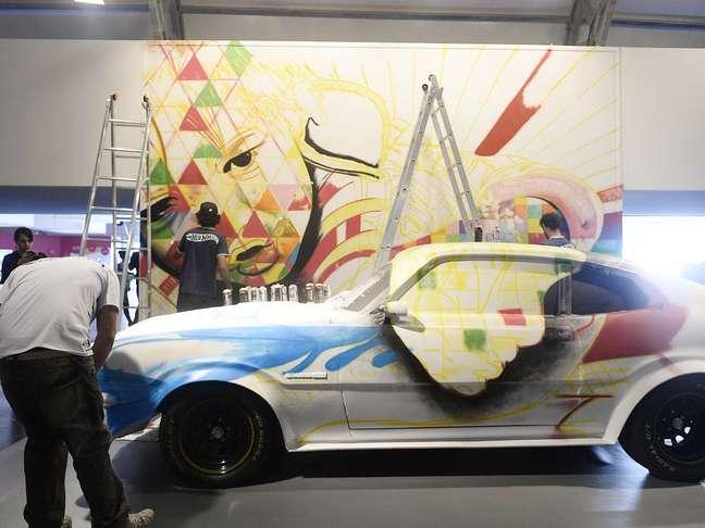 <p>Imagem mostra a pintura de Kobra ainda no in&iacute;cio, no primeiro dia de SPFW e de trabalho do artista</p>