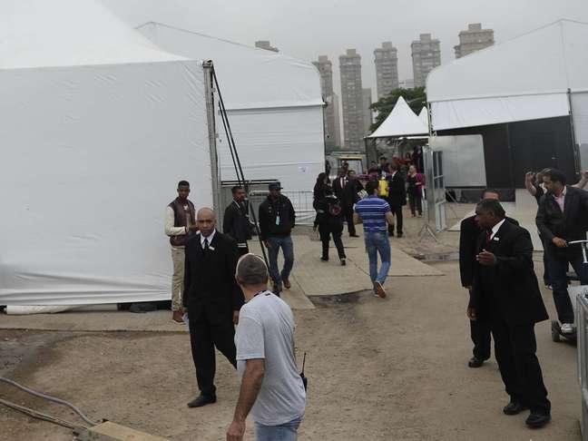 A área dos backstages foi cercada para a chegada do carro da famosa e apenas a equipe do evento tem acesso ao local
