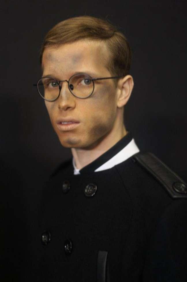 """<p>Modelos posam com make """"suja"""" no backstage da grife Alexandre Herchcovitch, antes do desfle</p>"""
