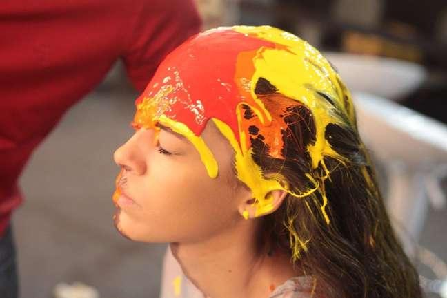 Nos bastidores do desfile de Lino Villaventura, modelos se pintaram com tinta colorida