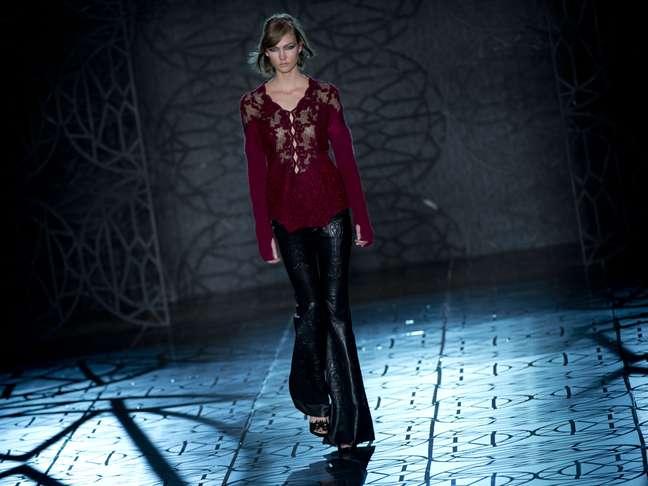 <p>Couro: Karlie Kloss desfilou pantalona preta para a Animale</p>