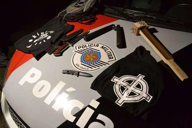 A polícia apreendeu facas, canivetes e uma marreta com pregos na ponta