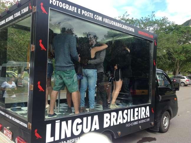 <p>Casais no caminhão-vitrine que percorrerá 50 km pelos bairros do Rio</p>