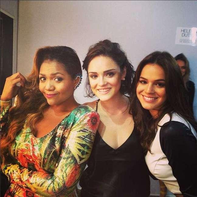 Gaby postou foto no Instagram ao lado das atrizes Isabelle Drummond e Bruna Marquezine antes do desfile da Coca-Cola