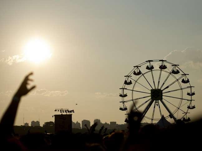 <p>Depoisdo forte calor durante toda o dia, o público do Planeta Terra Festival 2013 assistede camarote ao pôr-do-sol no Campo de Marte enquanto acompanha shows de Blur, Beck, Lana Del Rey, entre outros grandes nomes</p>