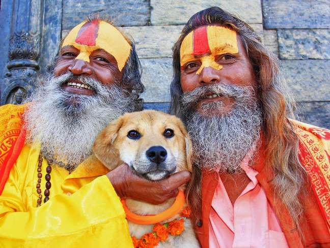 Rupee ao lado de dois religiosos hindus em Kathmandu, no Nepal, durante a jornada até o Everest