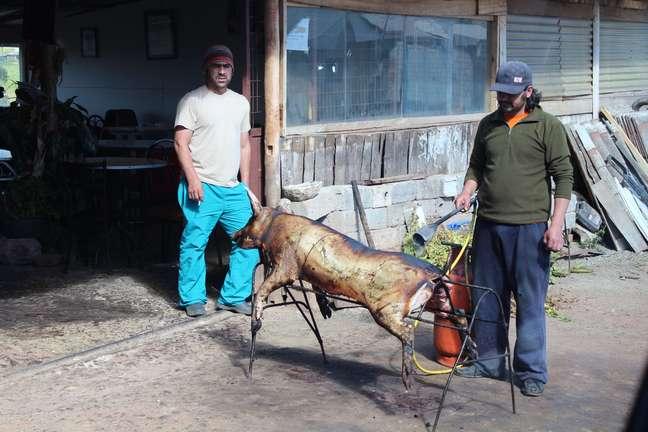 <p>Com o uso de um maçarico, morador prepara Cascarita em Quingeo</p>