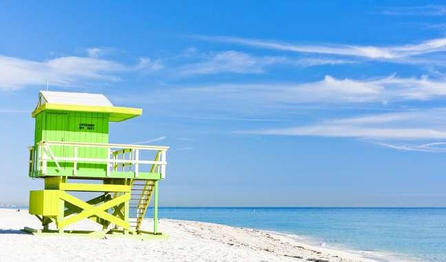 Parece o Caribe, mas não é. Esta é uma das várias praias da Região Metropolitana de Miami, uma área com mais de 5 milhões de habitantes formada pelo núcleo urbano central e uma série de municípios menores, muitos deles situados em ilhas naturais entre Byscaine Bay e o Oceano Atlântico. O maior desses municípios é Miami Beach, localizado bem em frente ao centro de Miami, onde ficam a mais tranquila North Beach (acima)...