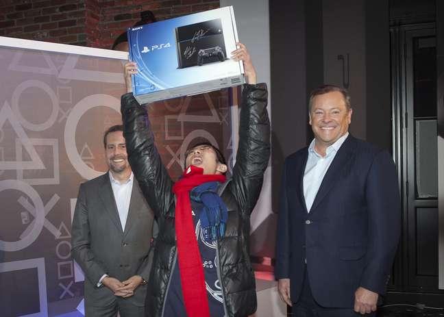 Muita comoção entre os gamers dos Estados Unidos nesta sexta-feira (15). Em Nova York, um evento especial da Sony fez as primeiras vendas do Playstation 4. Joey Chiu, de 24 anos, foi o primeiro a concretizar a compra e vibrou