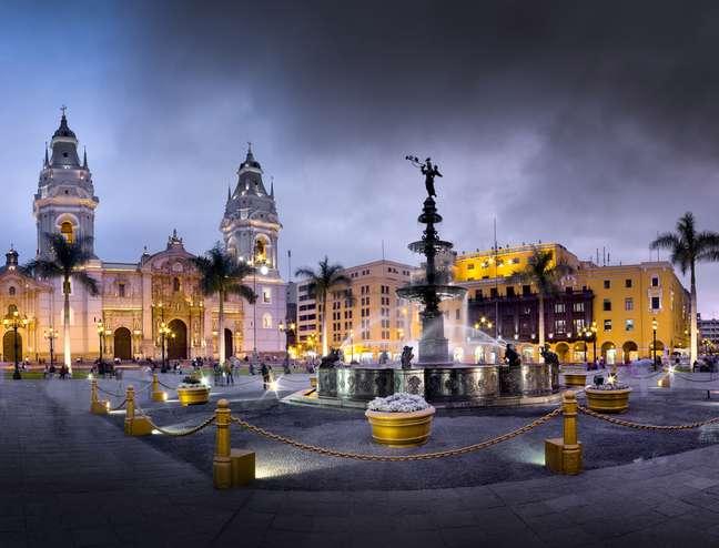 Criada em 1535, a Plaza Mayor de Lima convida o visitante a uma verdadeira viagem pela história do Peru