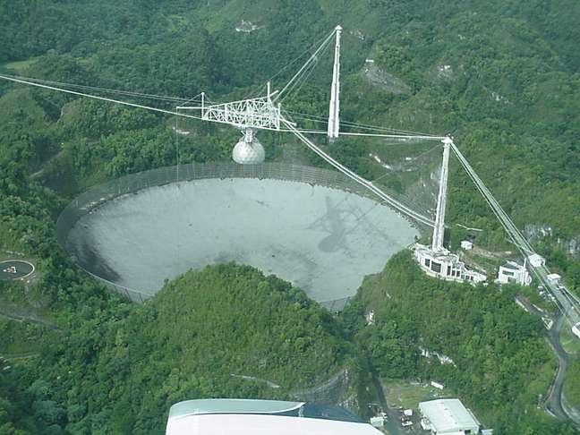 O radiotelescópio de Arecibo foi instalado na cratera de um vulcão extinto no interior de Porto Rico