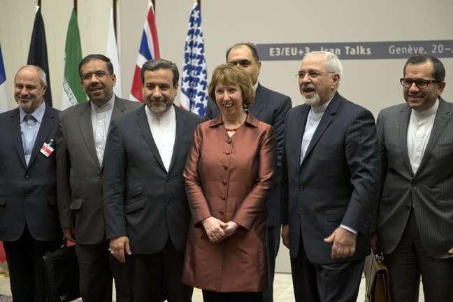A chanceler europeia, Catherina Ashton (centro), posa ao lado do ministro do Exterior iraniano, Javad Zarif, e da delegação do país após o acordo, em Genebra