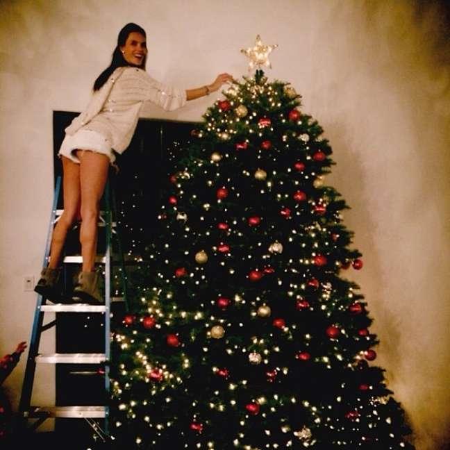Alessandra Ambrósio está arrumando a casa para o Natal