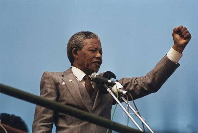 <p>Nelson Mandela: vida social e política intensa, mesclada com vida pessoal rica eturbulenta</p>