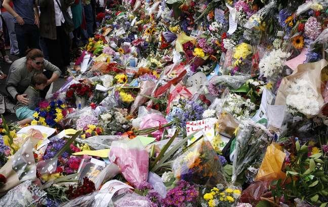 <p>Flores depositadas em homenagem a Mandela em frente à sua casa em Joanesburgo</p>