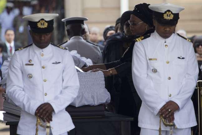 Graça Machel, víuva de Mandela, se despede do marido durante velório no Union Buildings, sede do governo sul-africano em Pretória