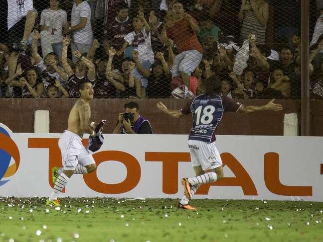 <p>Ayala tirou a camisa para festejar o primeiro gol do Lanús</p>