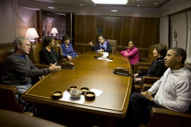 O casal Obama e o casal Bush conversam durante voo a bordo do Air Force One
