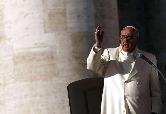 Papa Francisco dá bênção no fim de sua audiência geral semanal, na Praça de São Pedro, no Vaticano, 11 de dezembro de 2013. O papa Francisco criticou nesta quinta-feira os mega salários e grandes bônus, dizendo na primeira mensagem de paz de seu pontificado que são sintomas de uma economia baseada na ganância e desigualdade. 11/12/2013