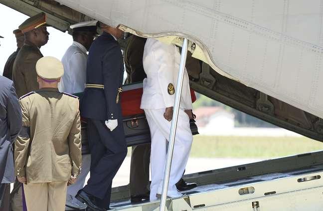Caixão com o corpo de Mandela é levado para avião na base aérea de Waterkloof, nos arredores de Pretória