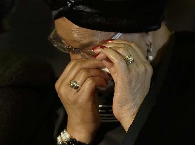 <p>A viúva de Mandela, Graça Machel, enxuga as lágrimas durante cerimônia</p>