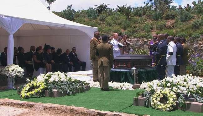 Frame de televisão mostra imagem dos momentos finais do sepultamento de Mandela
