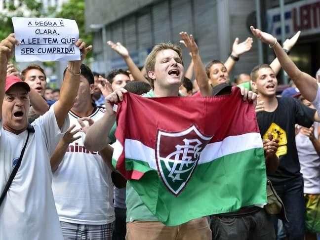 """<p>Milhares de torcedores do Fluminense também foram ao STJD comemorar """"virada de mesa""""</p>"""