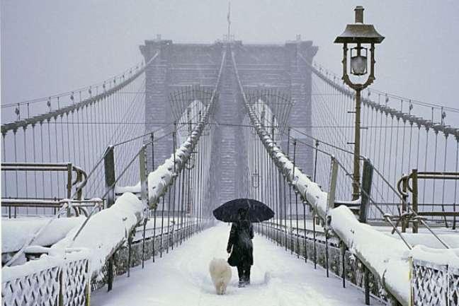 A cidade de Nova York é um dos destinos mais procurados por brasileiros o ano todo, para viagens na época do Natal não é diferente. O turista encontra a cidade toda iluminada, em clima festivo e coberta de neve. É possível fazer patinação no gelo no Central Park