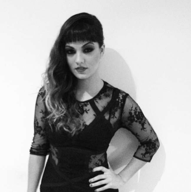 <p>Mariana Cortines em foto antes do acidente de carro; atriz precisou raspar a cabe&ccedil;a</p>