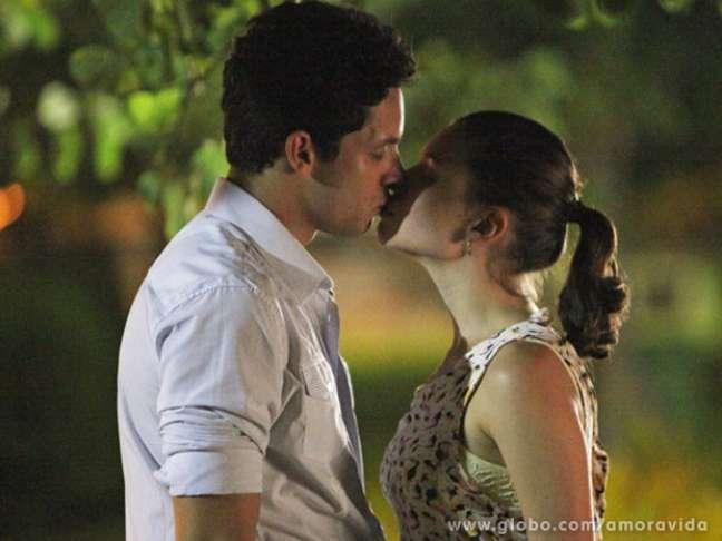 <p>Rafael (Rainer Cadete) será denunciado por abuso de incapaz após beijar Linda (Bruna Linzmeyer)</p>