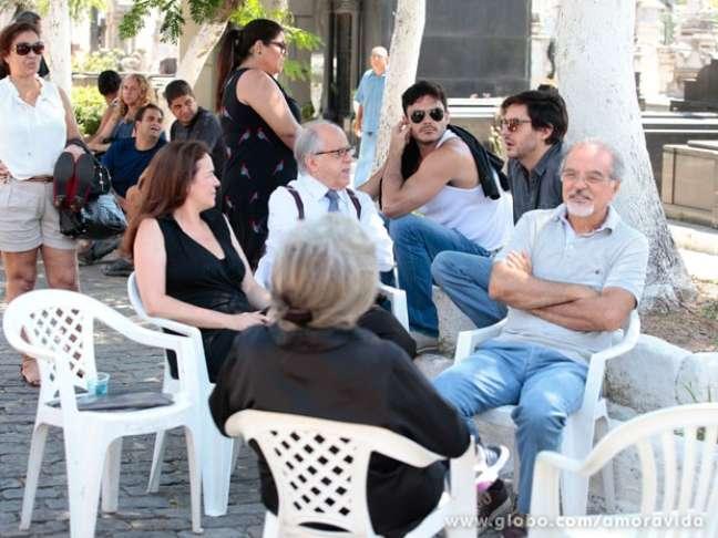 O elenco de Amor à Vida passou a manhã desta terça-feira (7) gravando as cenas do enterro de Leila (Fernanda Machado)