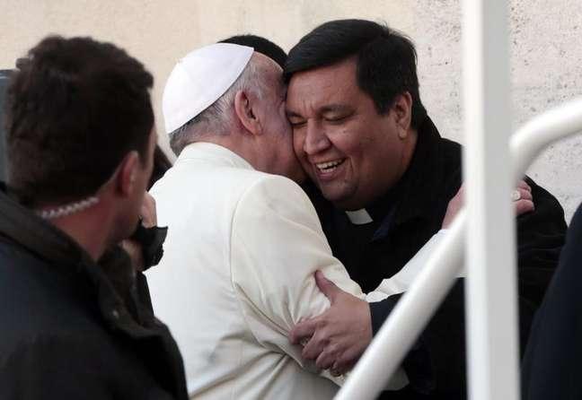 Fabian Baez, padre de uma igreja em Buenos Aires, é cumprimentado pelo papa Francisco no fim de sua audiência semanal, nesta quarta-feira, na Praça São Pedro, no Vaticano. 8/01/2014